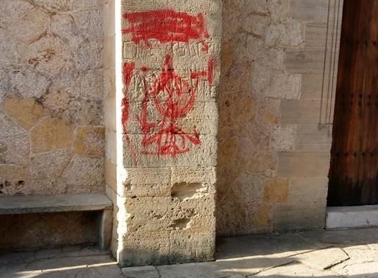 Photo of Pintades vandàliques i sense autoria a l'oratori del Roser Vell