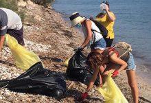 Photo of Poblers, campaneters i bujarrons netegen la platja de Can Cuarassa